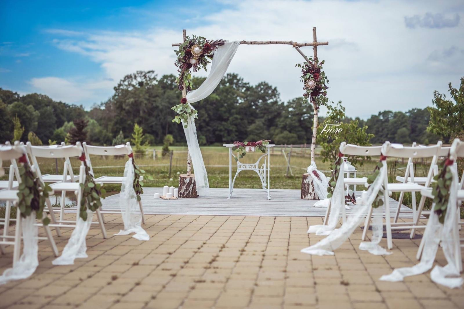 Bílý obřadní svatební stůl