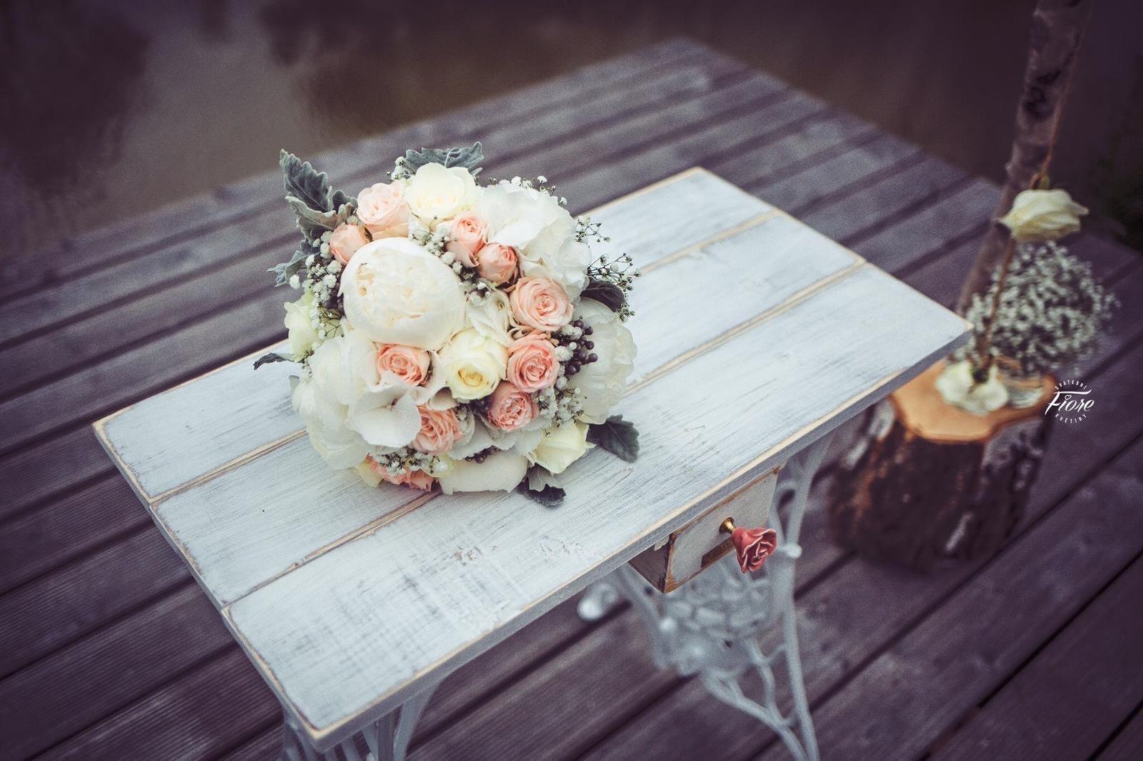Bílý svatební stolek