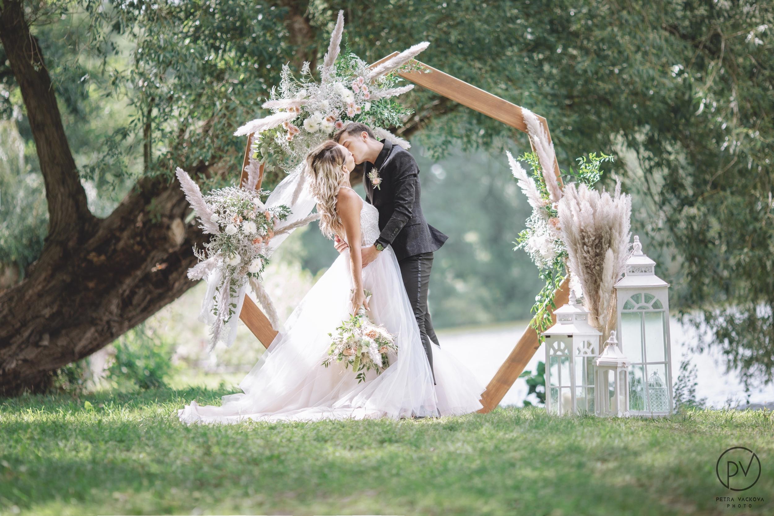 Dřevěná svatební brána heptagon