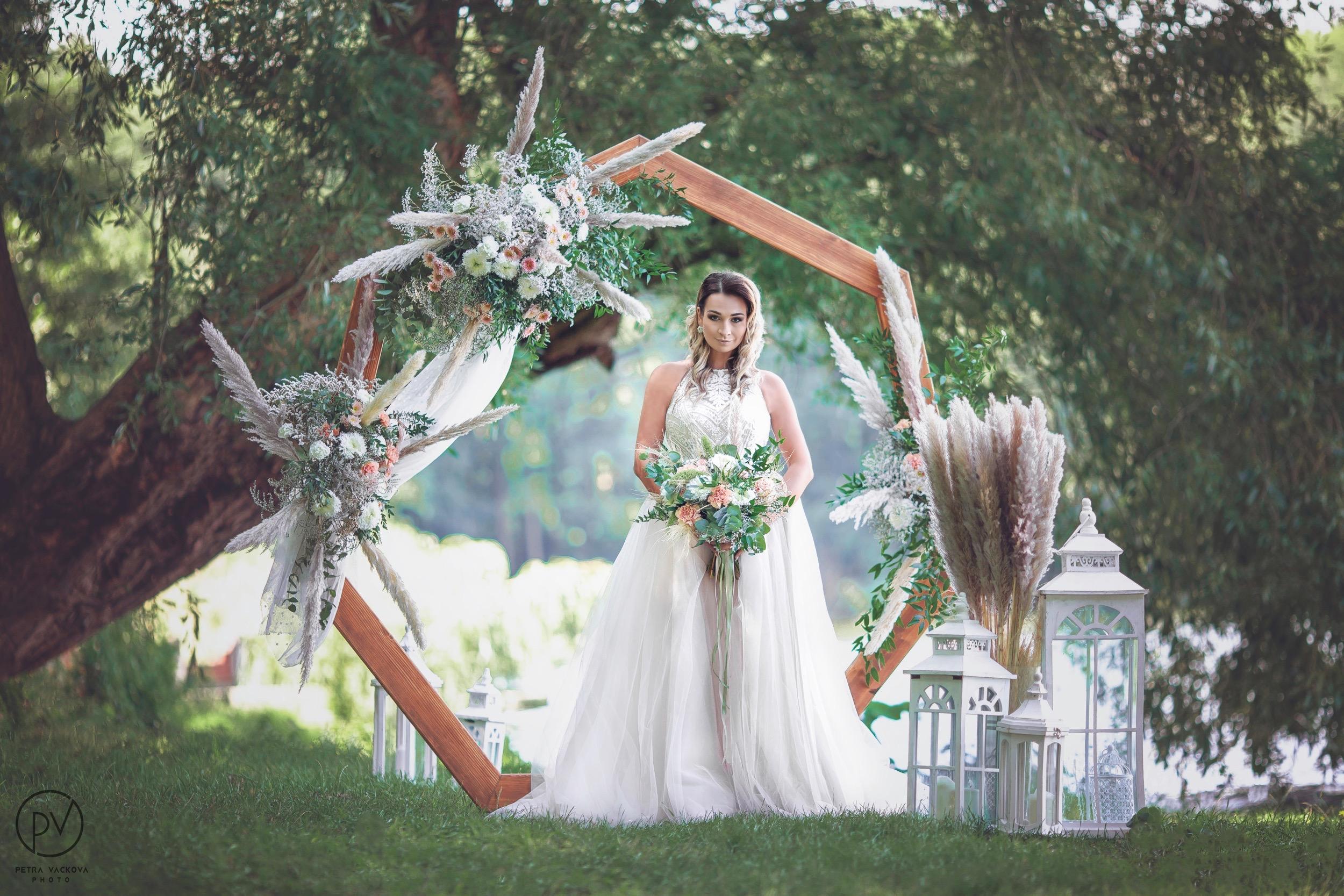 Dřevěná svatební slavobrána heptagon