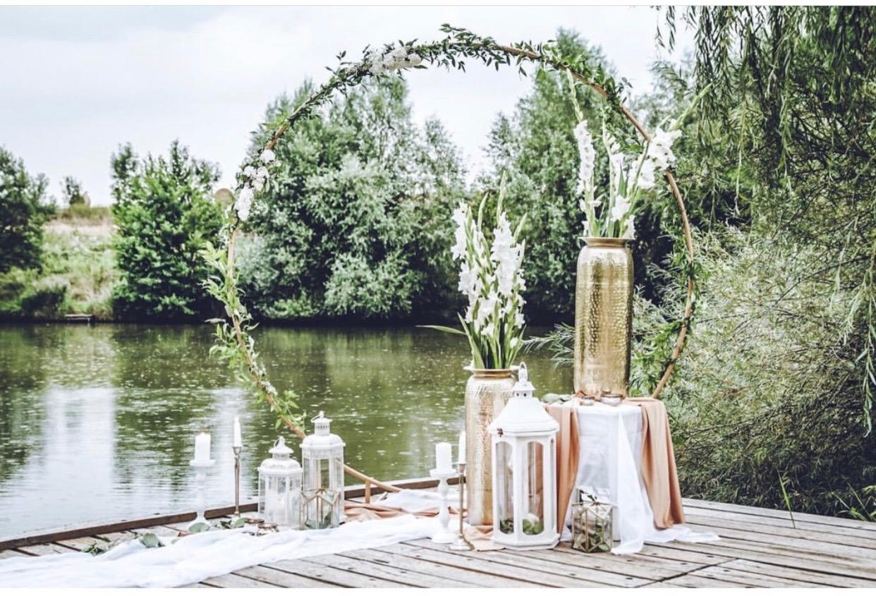 Kruhová svatební brána zdobená květy